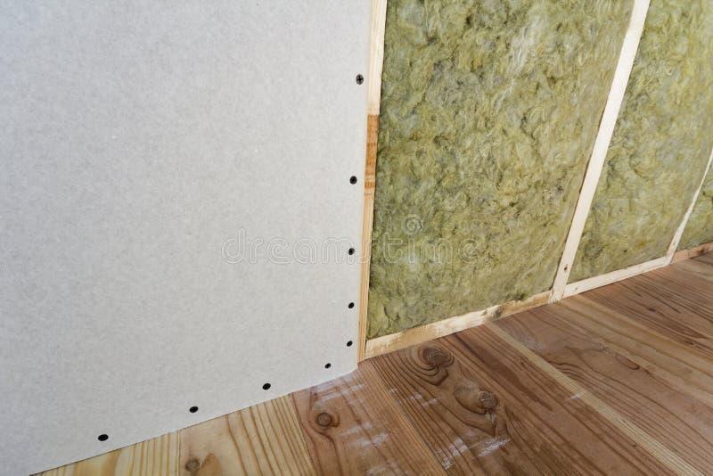 Struttura di legno per le pareti future con i piatti del muro a secco isolati con immagini stock