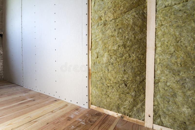 Struttura di legno per le pareti future con i piatti del muro a secco isolati con fotografie stock libere da diritti