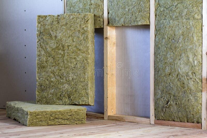 Struttura di legno per le pareti future con i piatti del muro a secco isolati con immagini stock libere da diritti