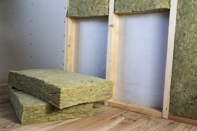 Struttura di legno per le pareti future con i piatti del muro a secco isolati con fotografia stock