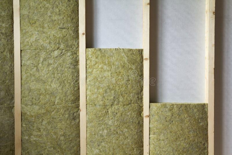 Struttura di legno per le pareti future isolate con lana di roccia e fibra fotografia stock libera da diritti