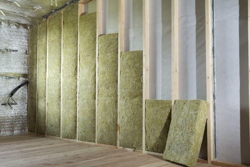 Struttura di legno per le pareti future isolate con lana di roccia e fibra immagine stock