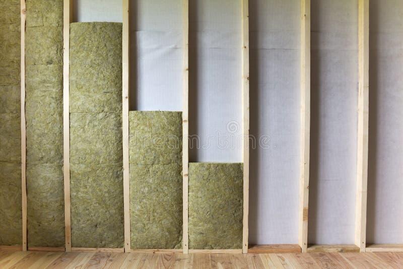 Struttura di legno per le pareti future isolate con lana di roccia e fibra fotografie stock