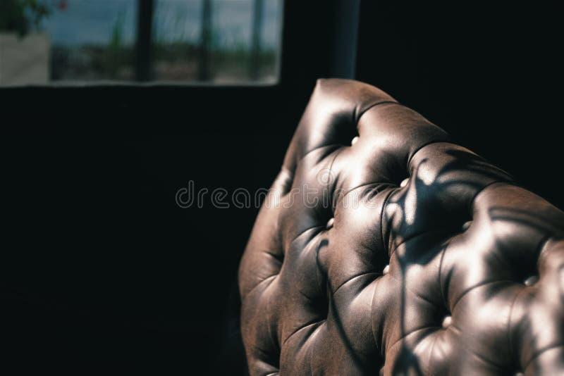 Struttura di lusso di mobilia di cuoio su fondo scuro immagini stock libere da diritti