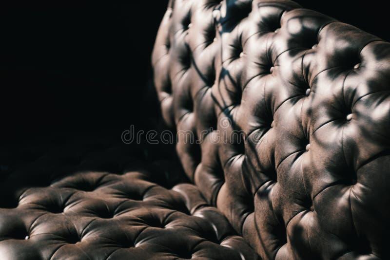 Struttura di lusso di mobilia di cuoio su fondo scuro fotografie stock libere da diritti