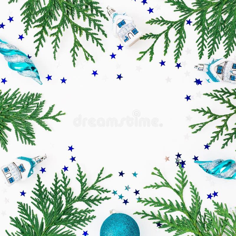Struttura di Natale degli alberi di inverno, della decorazione e delle bagattelle di Natale su fondo bianco Composizione in festa fotografie stock