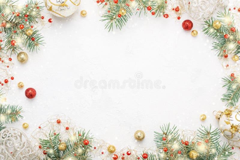 Struttura di Natale dell'abete rosso, del rosso & delle decorazioni di natale dell'oro su w fotografia stock