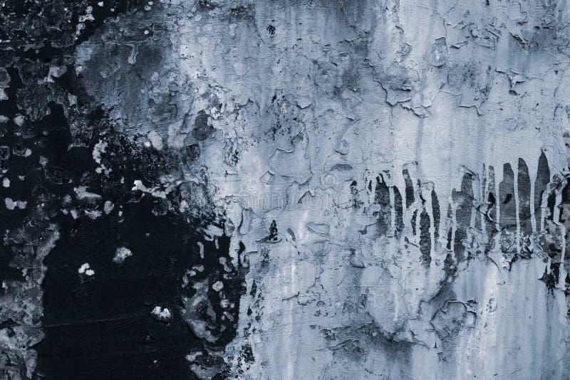 Struttura di pelatura della pittura sulla parete Parete nera di lerciume con pittura grigia Incrinato del fondo della parete sott fotografia stock libera da diritti