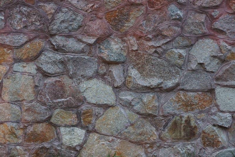 Struttura di pietra di Brown di grandi ciottoli nella parete del recinto fotografia stock libera da diritti