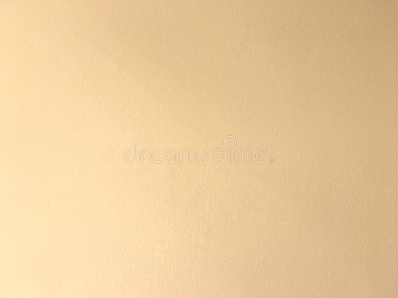 Struttura di superficie arancione-chiaro del muro di cemento Fondo approssimativo del modello fotografie stock libere da diritti