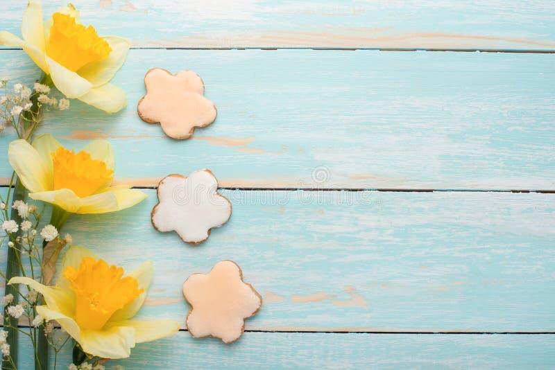 Struttura di un albero con i fiori gialli e un biscotto casalingo sotto forma di un fiore Vista superiore, con spazio vuoto per l fotografia stock libera da diritti