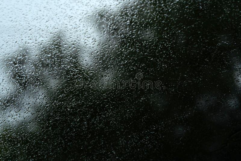 Struttura di un vetro con le gocce di pioggia immagine stock libera da diritti