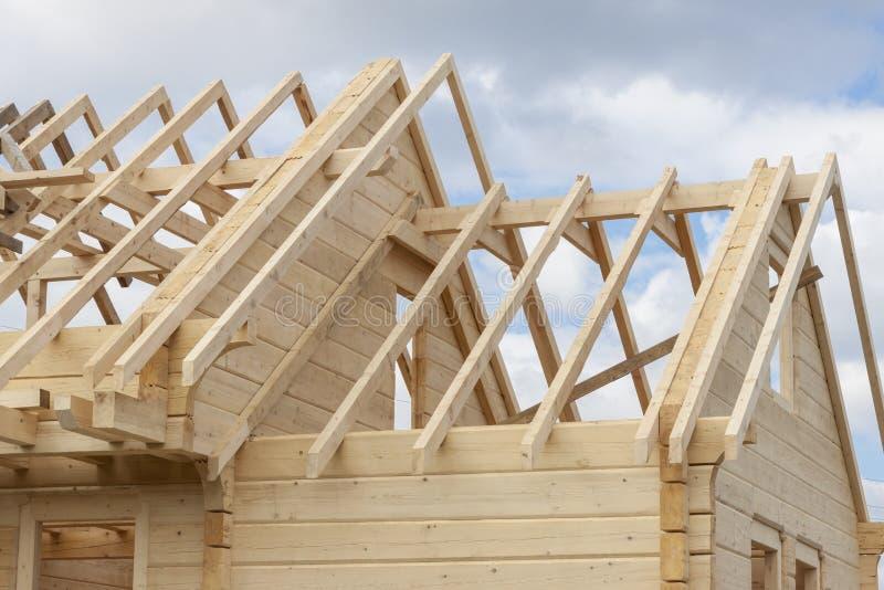 Struttura di una casa di legno in costruzione fotografia stock