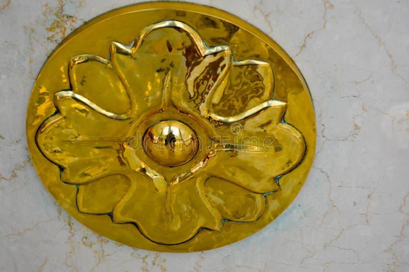 Struttura di una decorazione rotonda del metallo dell'oro di un elemento di lusso di progettazione con una parete di pietra del m fotografie stock libere da diritti