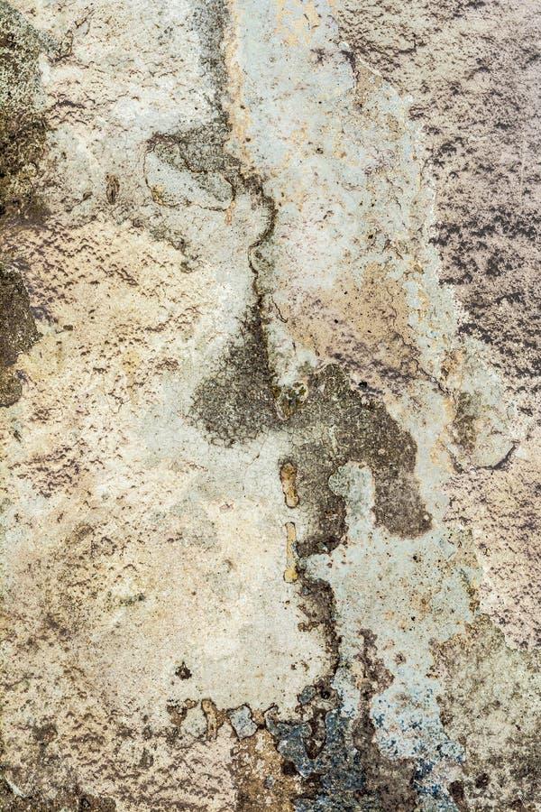 Struttura di vecchia parete antica, strato distrutto del gesso del muro di cemento, fondo scuro dell'estratto di lerciume immagini stock libere da diritti