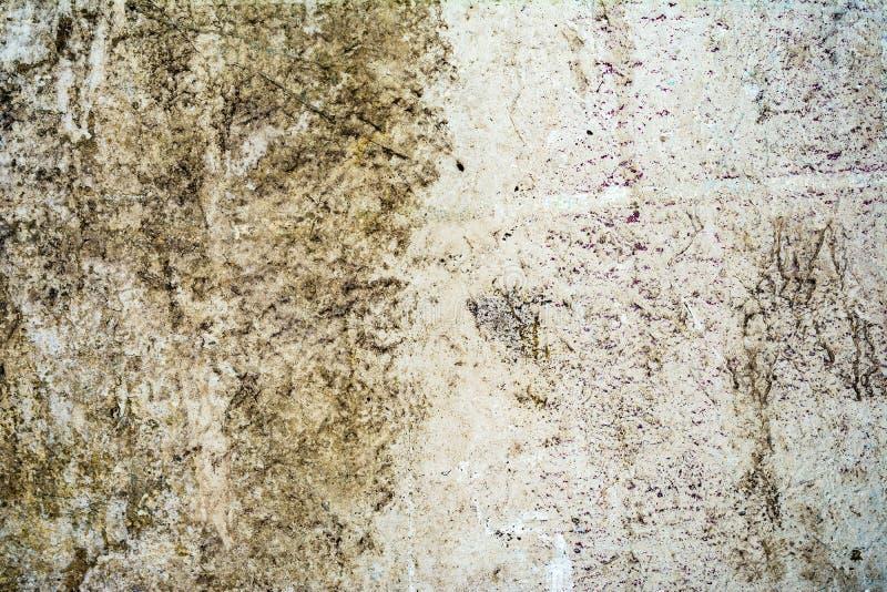 Struttura di vecchia parete antica, strato distrutto del gesso del muro di cemento, fondo scuro dell'estratto di lerciume fotografia stock