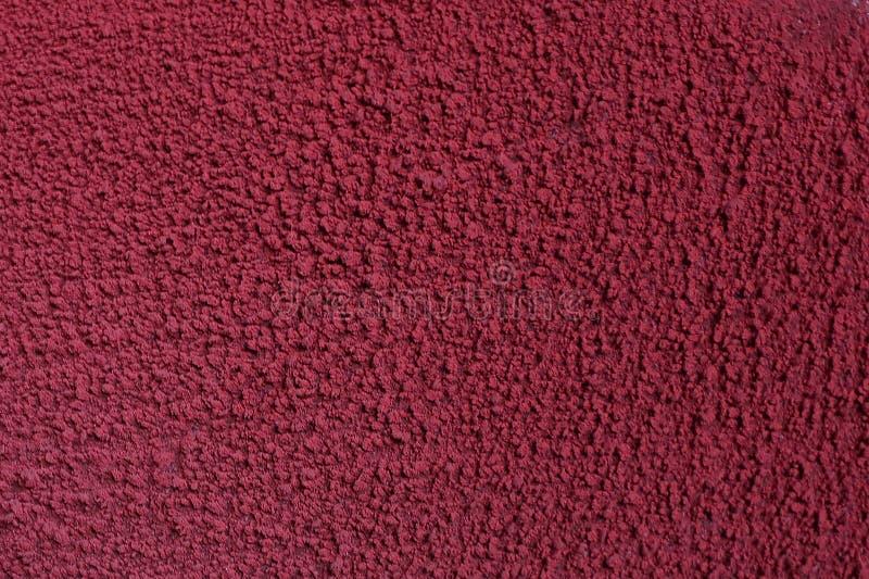 Struttura di vecchia pittura rossa su un muro di cemento un muro di cemento Gesso scheggiato sulla parete sopravvissuta con le cr immagini stock
