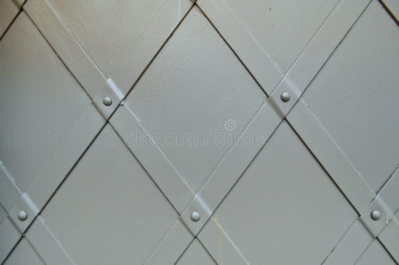 Struttura di vecchia porta robusta antica grigia medievale antica del metallo del ferro con il rivettamento dei modelli I cenni s fotografia stock libera da diritti
