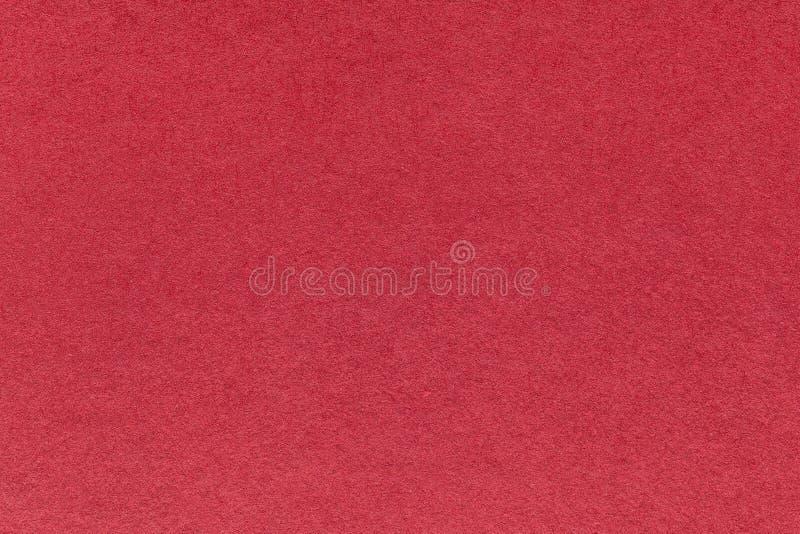 Struttura di vecchio fondo di carta rosso scuro, primo piano Struttura del cartone denso del vino fotografia stock libera da diritti