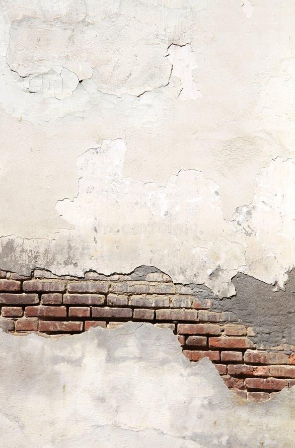 Struttura di vecchio muro di mattoni e dello stucco incrinato di colore bianco immagine stock