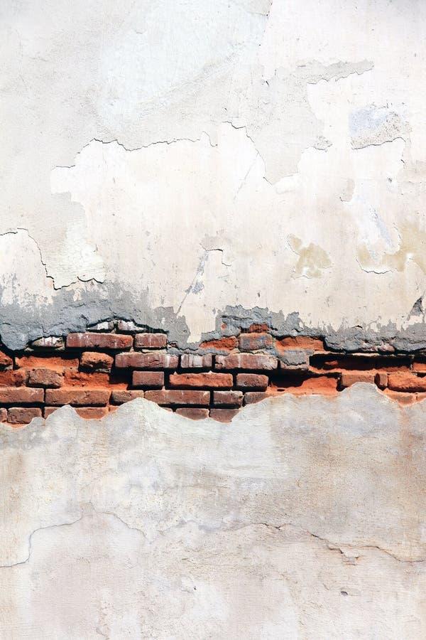 Struttura di vecchio muro di mattoni e dello stucco incrinato di colore bianco fotografie stock