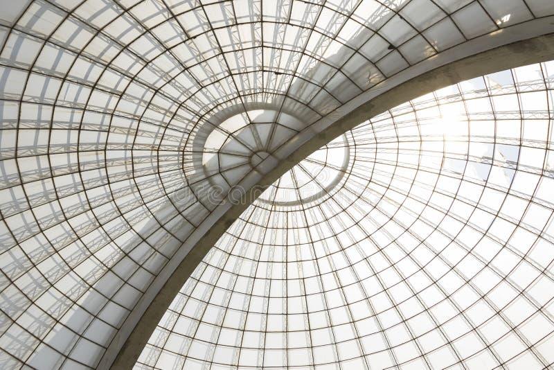 Struttura diagonale della cupola simmetrica della serra veduta da sotto fotografia stock