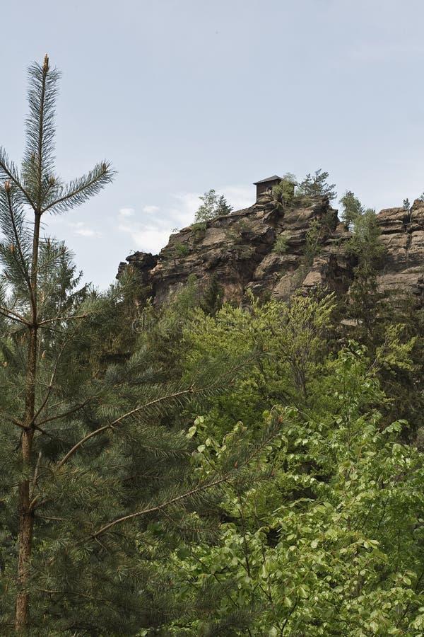 Struttura domestica minuscola sulla cima della montagna fotografia stock libera da diritti