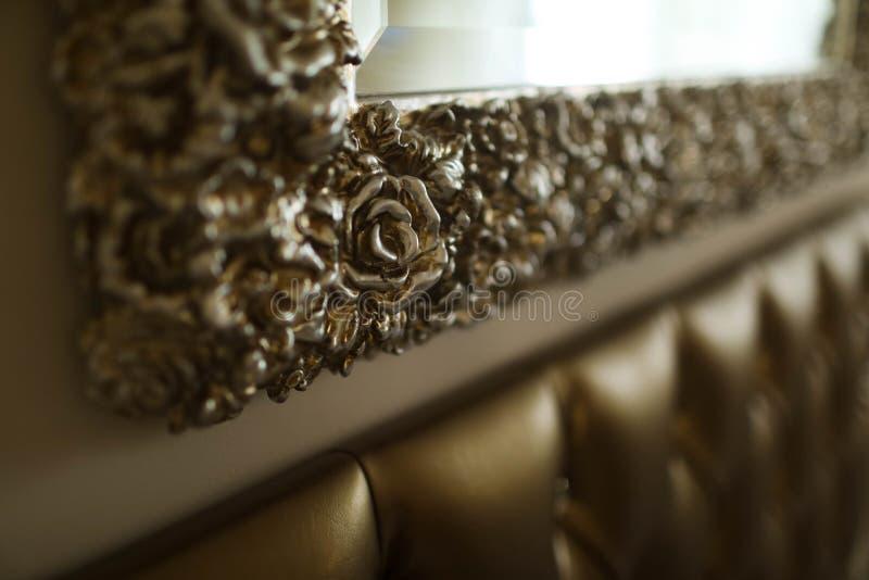 Struttura dorata dello specchio sulla parete fotografie stock