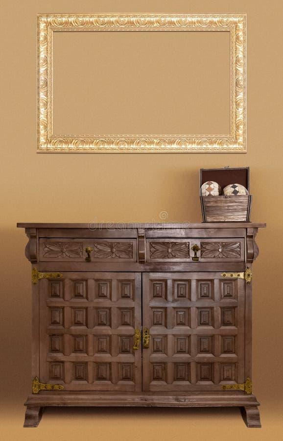 Struttura dorata vuota sopra una mobilia del buffet della quercia immagine stock libera da diritti