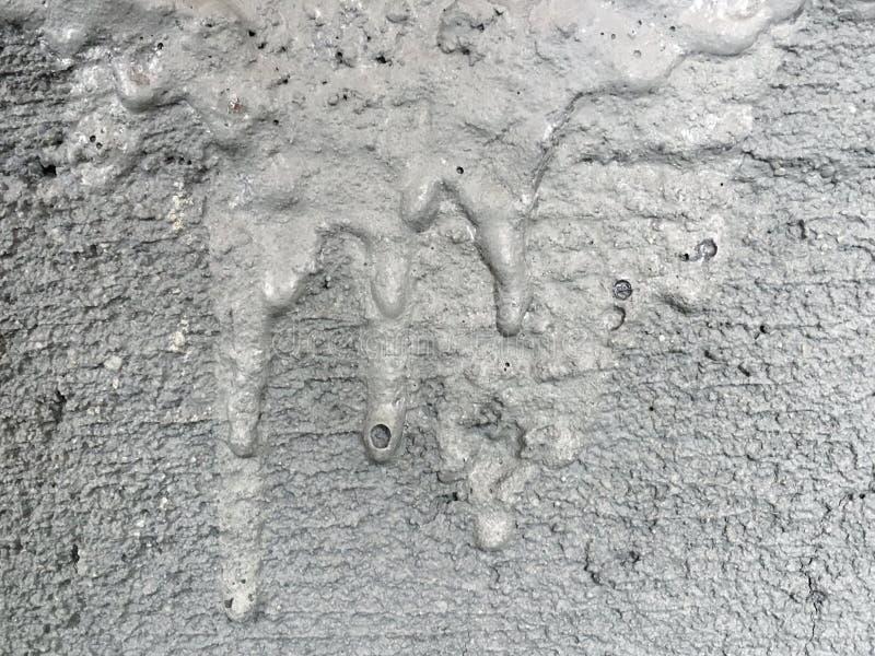 Struttura e fondo approssimativi astratti della parete intonacata bagnata del cemento su superficie grungy di calcestruzzo grigio fotografia stock