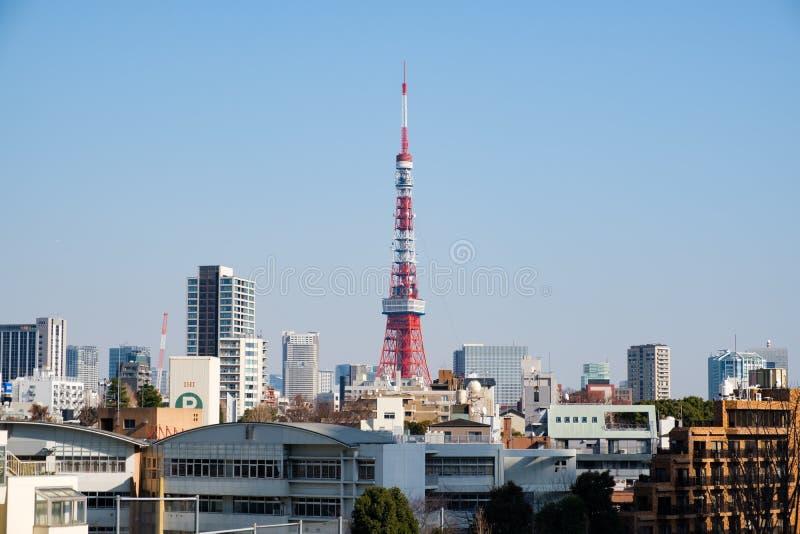 Struttura e paesaggio urbano della replica di Eiffel della torre di Tokyo da Roppongi al giorno fotografia stock libera da diritti
