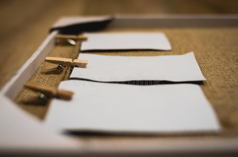Struttura fatta a mano rustica con l'attaccatura di carte su uno scaffale del cappotto immagini stock libere da diritti
