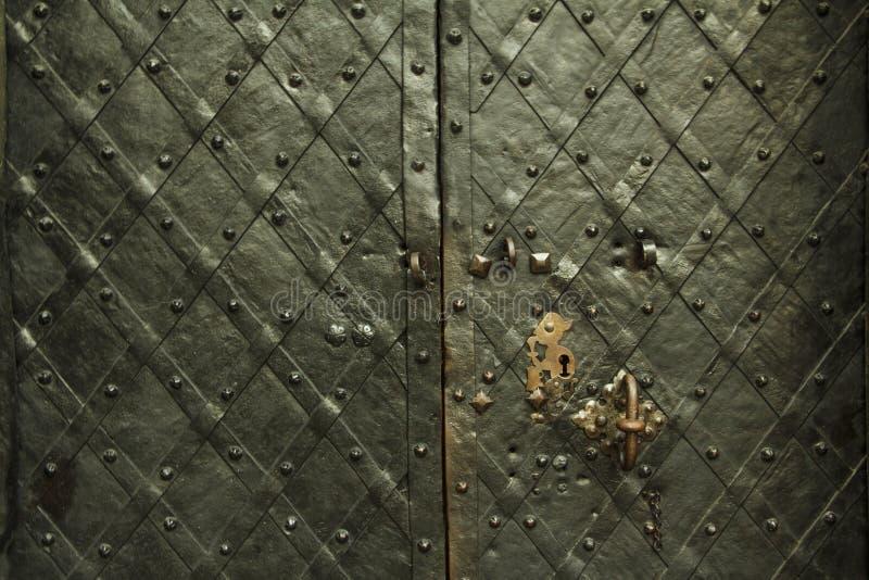 Struttura forgiata antica del metallo con le sovrapposizioni decorative Porte, portoni, otturatori Dettaglio di una porta grigia  immagini stock libere da diritti