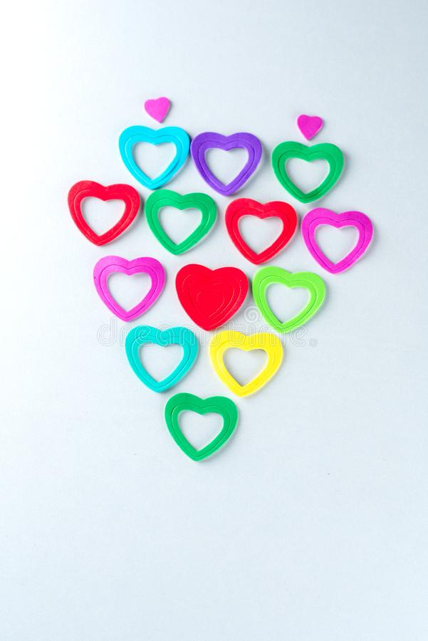 Struttura in forma di cuore dei cuori di carta di plastica variopinti immagine stock libera da diritti