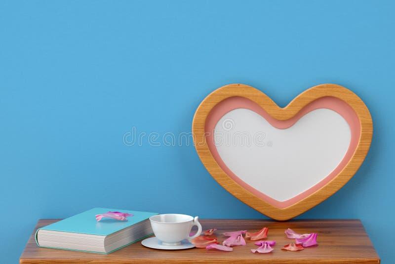 Struttura in forma di cuore e Tabelle della foto illustrazione 3D royalty illustrazione gratis