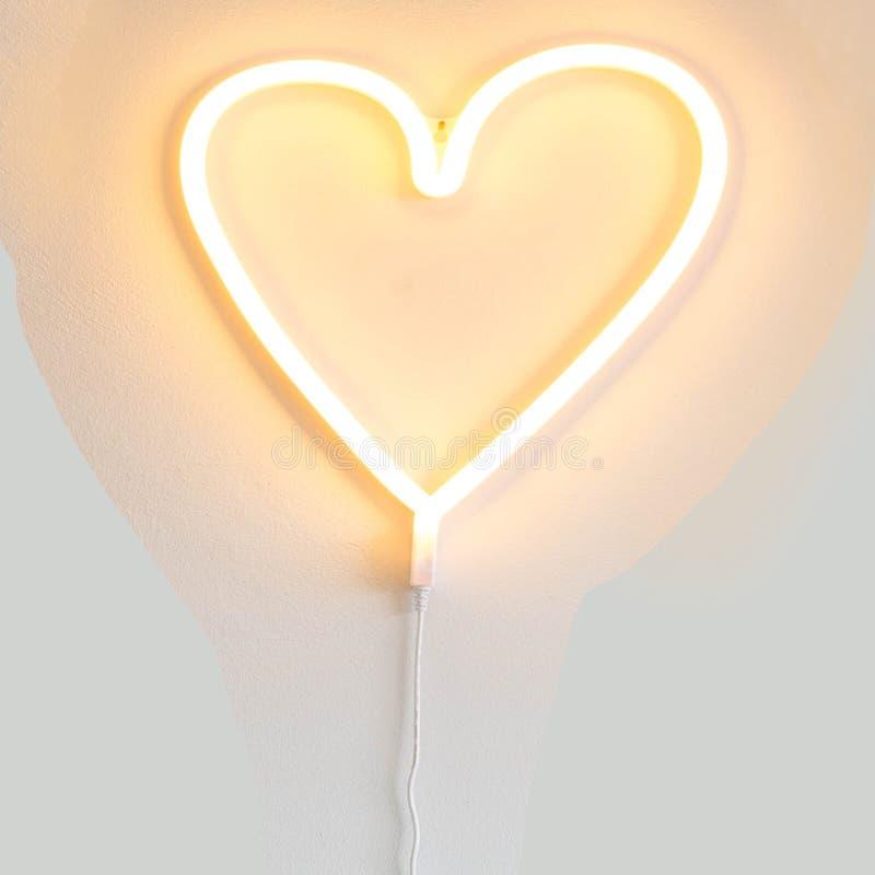 Struttura a forma di del fondo del biglietto di S. Valentino della luce al neon del cuore fotografia stock libera da diritti
