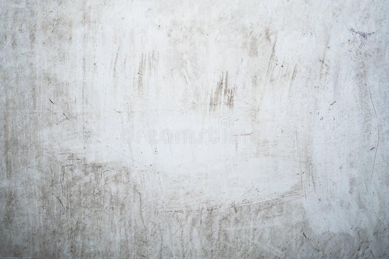 Struttura grigio chiaro di lerciume di vecchia parete con i divorzi neri, superficie con le macchie, fondo astratto di bianco immagini stock