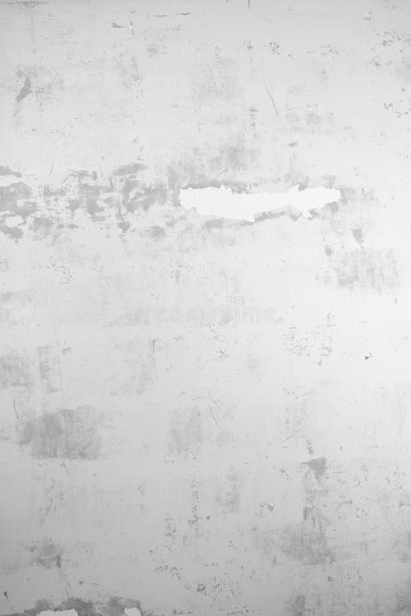 Struttura intonacata della parete con i fiocchi di pittura e del riempitore Superficie insabbiata con le imperfezioni fotografia stock libera da diritti