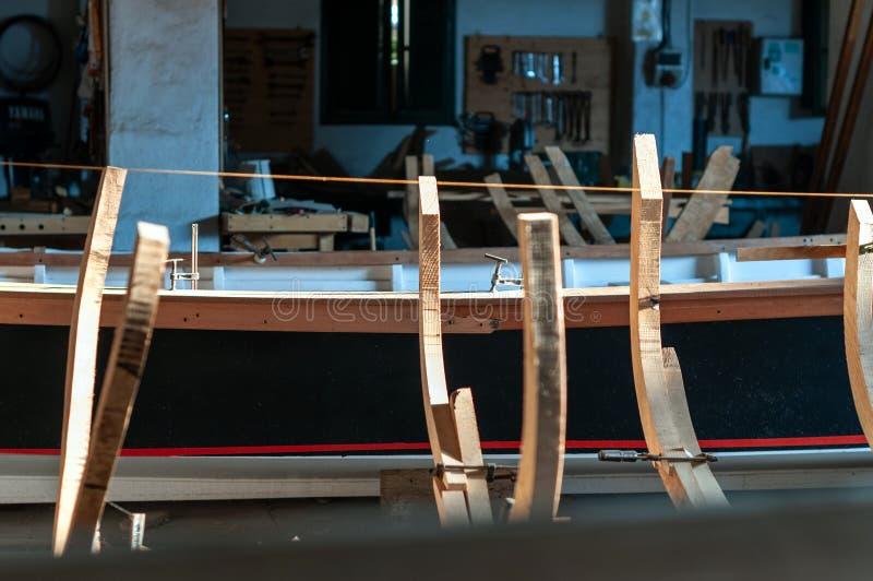 Struttura in legno per la fabbricazione artigianale di imbarcazioni immagini stock libere da diritti