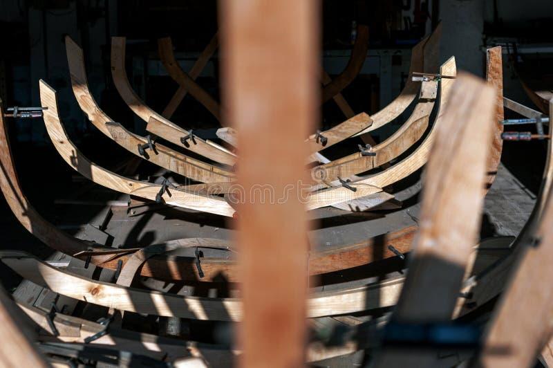 Struttura in legno per la fabbricazione artigianale di imbarcazioni fotografia stock