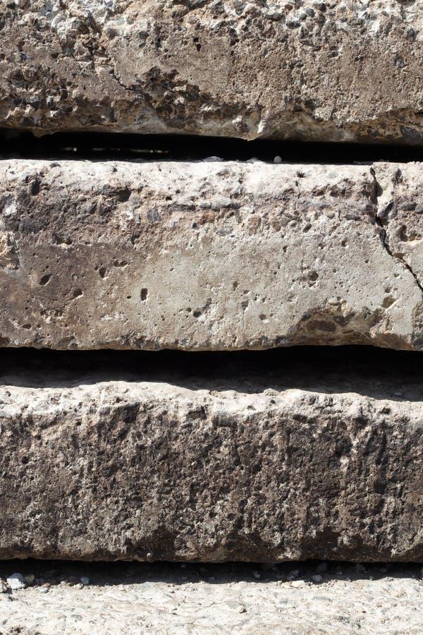 Struttura lineare dei piatti concreti grigi con una crepa impilata sopra a vicenda vista laterale del primo piano parete della me fotografie stock