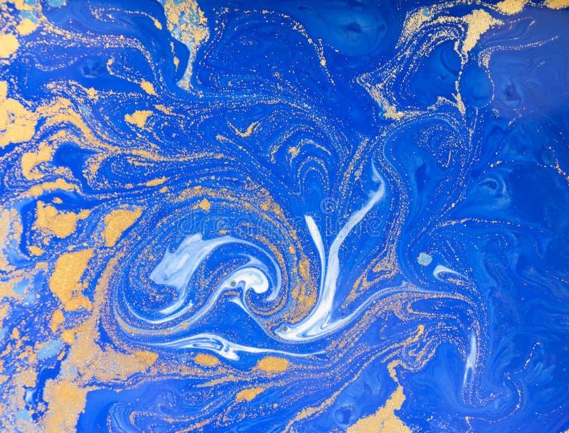 Struttura liquida blu e dorata, illustrazione di marmorizzazione disegnata a mano dell'acquerello, fondo astratto immagine stock libera da diritti