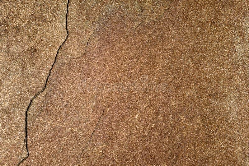 Struttura marrone naturale scura della pietra della sabbia con la crepa, BAC decorativo immagini stock libere da diritti