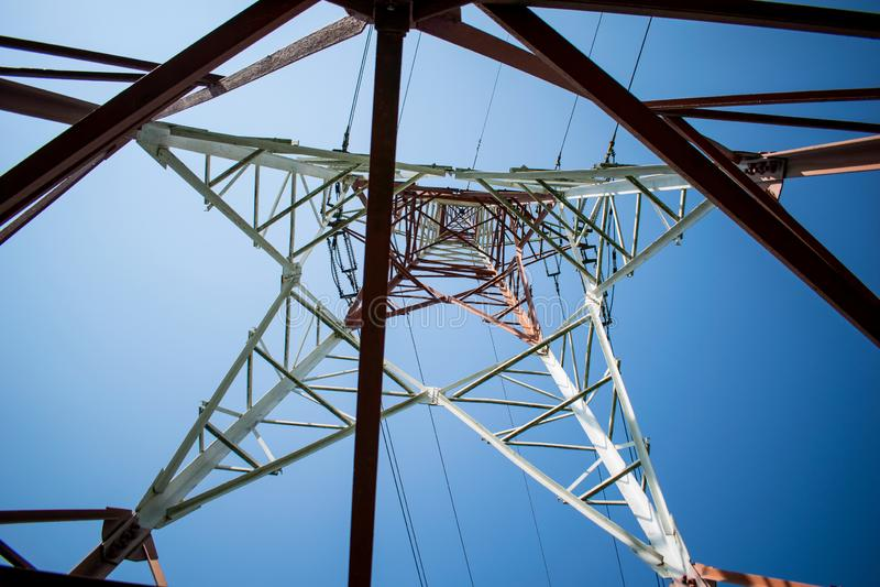 Struttura metallica con i cavi elettrici ad alta tensione immagine stock libera da diritti
