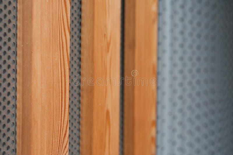 Struttura metallica e di legno moderna sulla facciata bulding fotografia stock libera da diritti