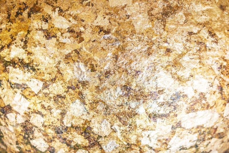 Struttura o fondo della foglia di oro, copertura antica del piatto di oro nello spazio buddista della copia fotografia stock libera da diritti