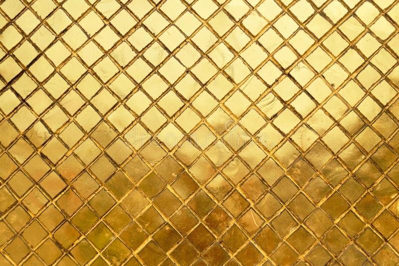 Struttura orizzontale del fondo dorato della parete del mosaico immagini stock