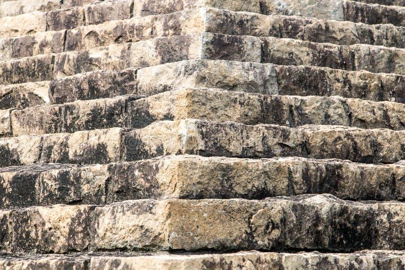 Struttura piramidale fatta delle pietre immagini stock