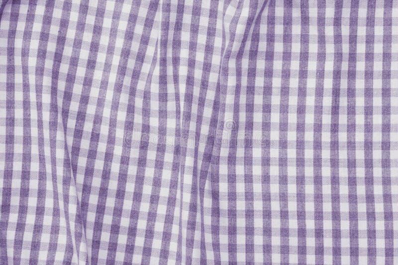 Struttura a quadretti viola e bianca del fondo del tessuto fotografia stock libera da diritti