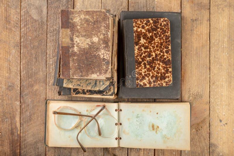 Struttura rotta dai vetri Vecchio libro e vetri fotografia stock